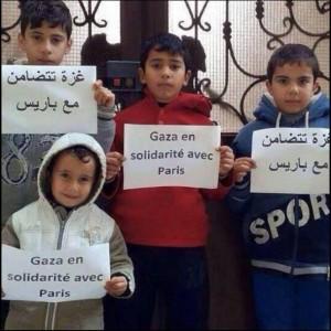 """Molti islamici hanno condannato i fatti di Parigi con la campagna social """"Not in my name""""."""